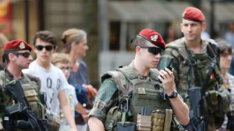 Soldats francesos, que formen part de l'Operatiu de seguretat desplegat pel govern francès, patrullant pels carrers de París, ahir M. ALEXANDRE / AFP