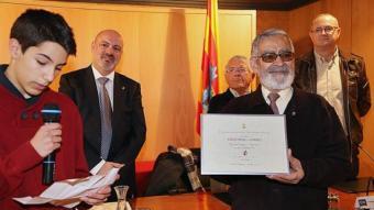 Esteve Ripoll, amb el seu nét, el dia que va recollir l'Espiga i el Timó d'Or al 2014. MANEL LLADÓ