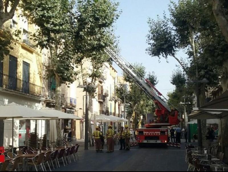 Els bombers actuen a la Rambla de Vilanova en l'esfondrament d'ahir en un cèntric edifici. ACN