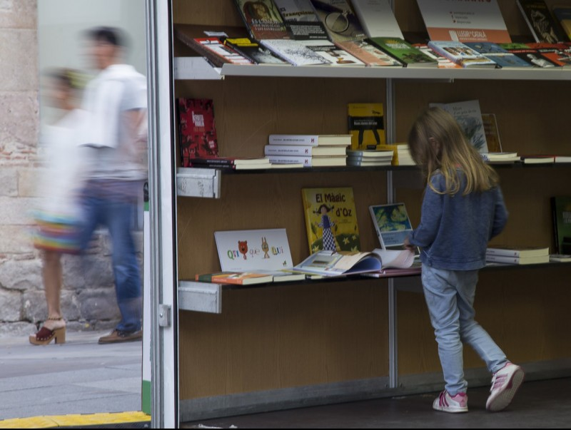 A young girl browses on of the book stands at last year's edition of the book fair.  ALBERT SALAMÉ