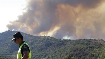 Uns 300 efectius col·laboren en l'extinció de l'incendi. AGÈNCIES
