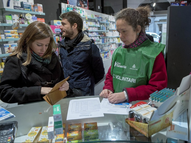 Una parella comprant medecines J. LOSADA