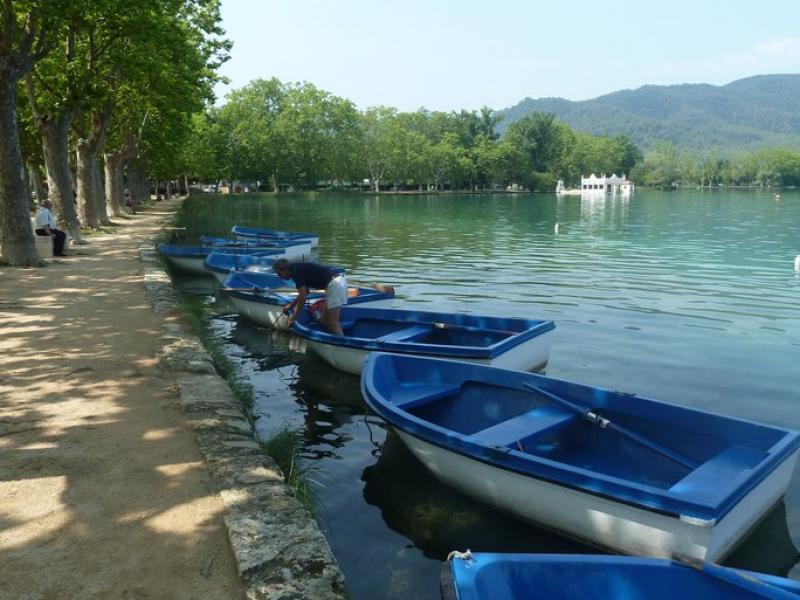 L'estany, punt de partida o de pas de la majoria de carrils bici de la ciutat de Banyoles. J.C