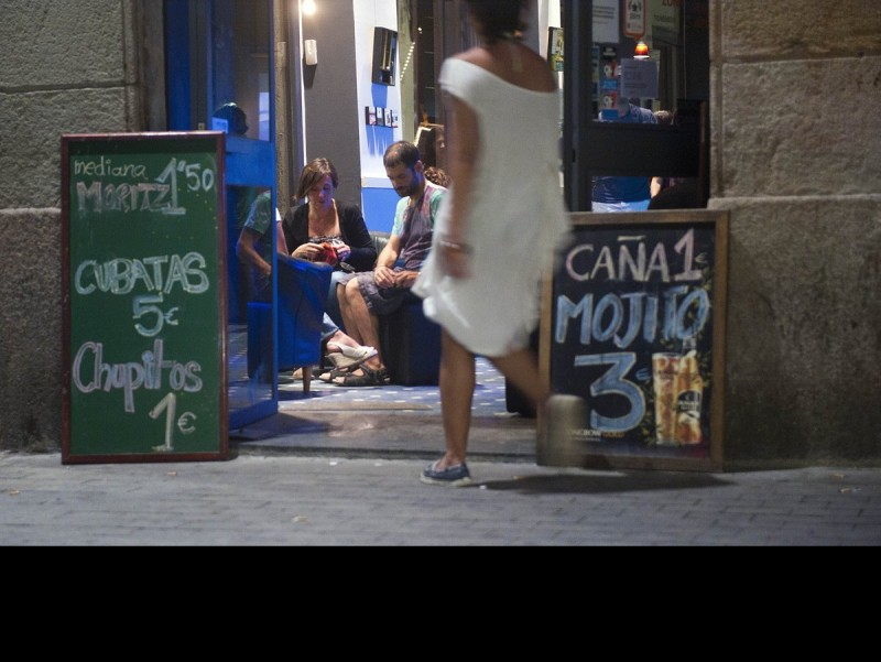 Cheap beer, Barcelona's principal tourist attraction. Arxiu