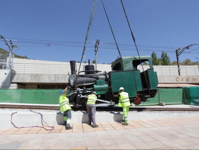 Uns operaris col·loquen la locomotora de vapor a les instal·lacions de Ferrocarrils a Monistrol de Montserrat, ahir FGC