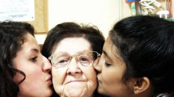 Voluntàries i una àvia del programa d'Acompanyament de la Gent Gran CÀRITAS