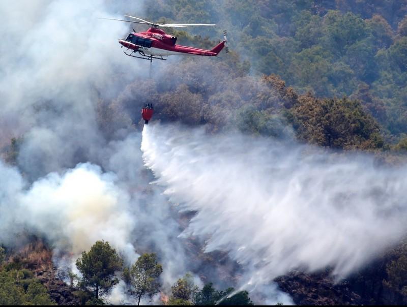 Tasques d'extinció de l'incendi declarat a Artana. AGÈNCIES