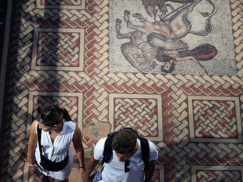 Una parella de turistes visitant la mostra del MAC Girona MANEL LLADÓ