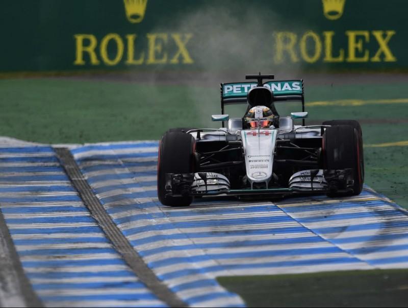 Hamilton, més enllà dels límits de la pista durant els lliures d'ahir al matí AFP