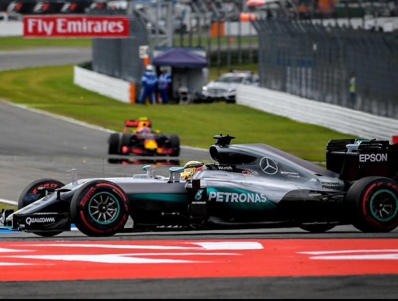 Hamilton encapçala la cursa després de la sortida, seguit per Verstappen SASCHA SCHUERMANN / AFP