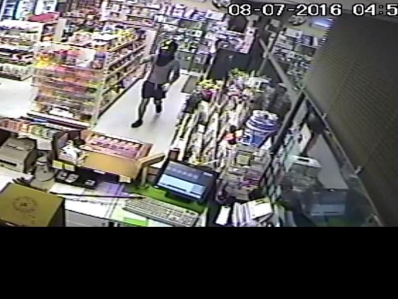 Un dels assaltants captat per una càmera.  T.S.