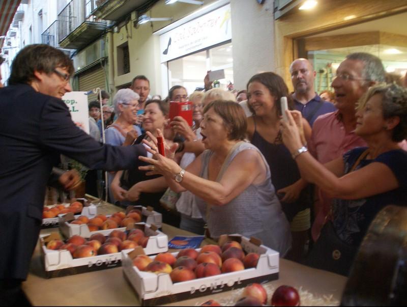 El president de la Generalitat va rebre moltes mostres de suport durant la visita a les parades de la Firagost de Valls J.L.E