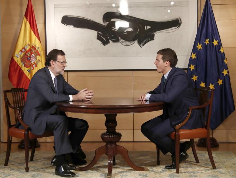 Rajoy i Rivera en la reunió d'ahir al Congrés en la qual van incorporar per primera vegada una taula entre ells chema moya / efe