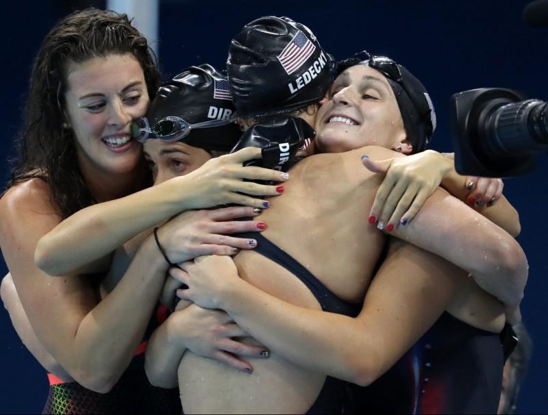 Les nedadores nord-americanes s'abracen després de guanyar l'or en el 4x 200 m lliure