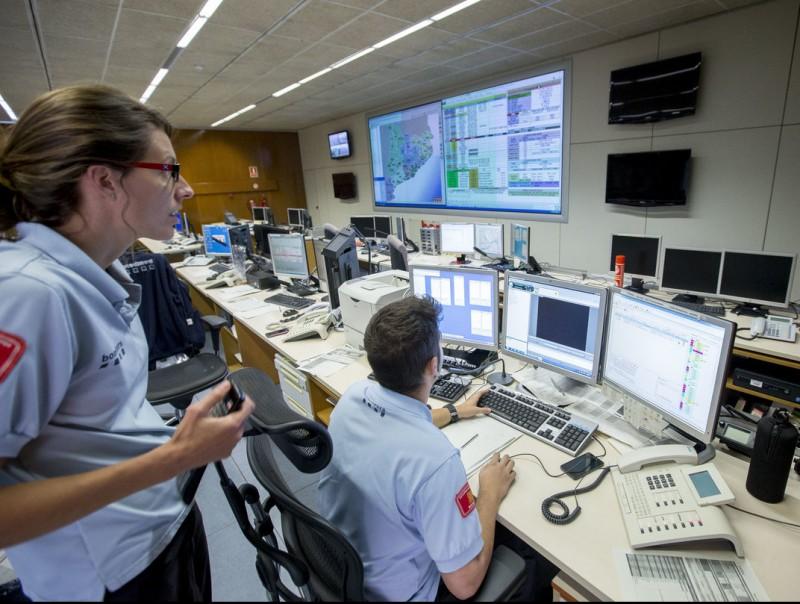 Dos membres de la sala de control dels Bombers treballant dijous a primera hora del matí ALBERT SALAMÉ