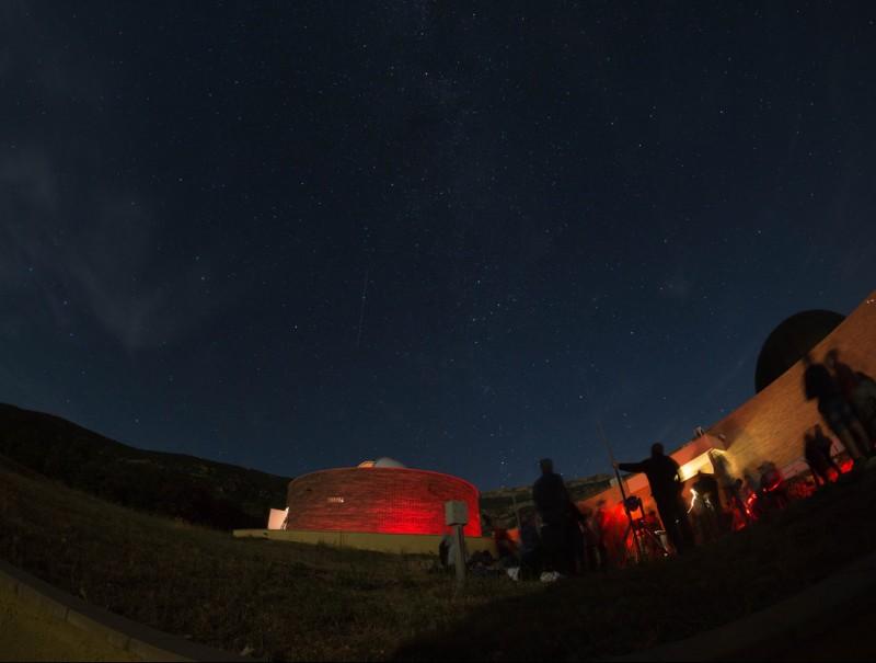 Visitants del COU d'Àger observant les perseids fora de les instal·lacions dijous a la nit XAVI MOLI (PARC ASTRONÒMIC MONTSEC)