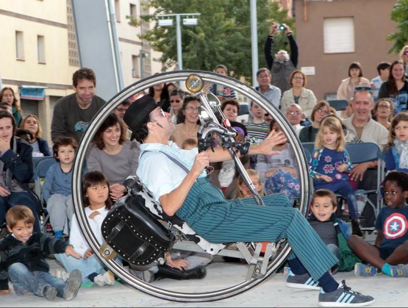 Home roda amb el professor Karoli JORDI RIBOT