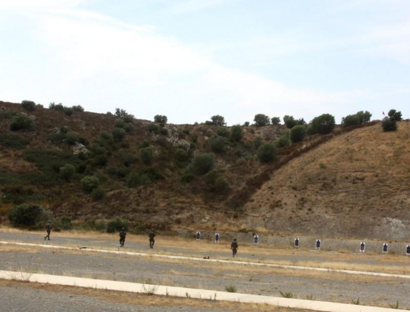 Els miitars fent pràctiques de tir ahir al camp de Sant Climent B. FUENTES / ACN