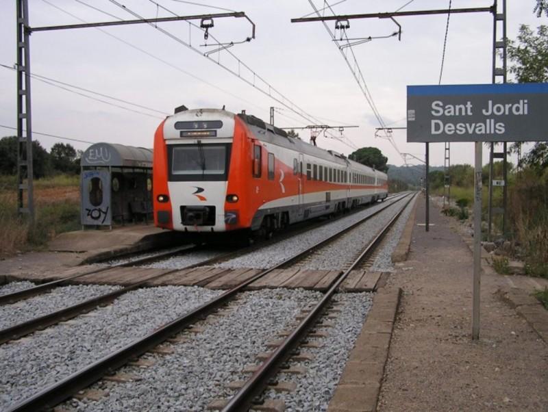 Un tren al seu pas per Sant Jordi Desvalls. TRENSCAT.COM