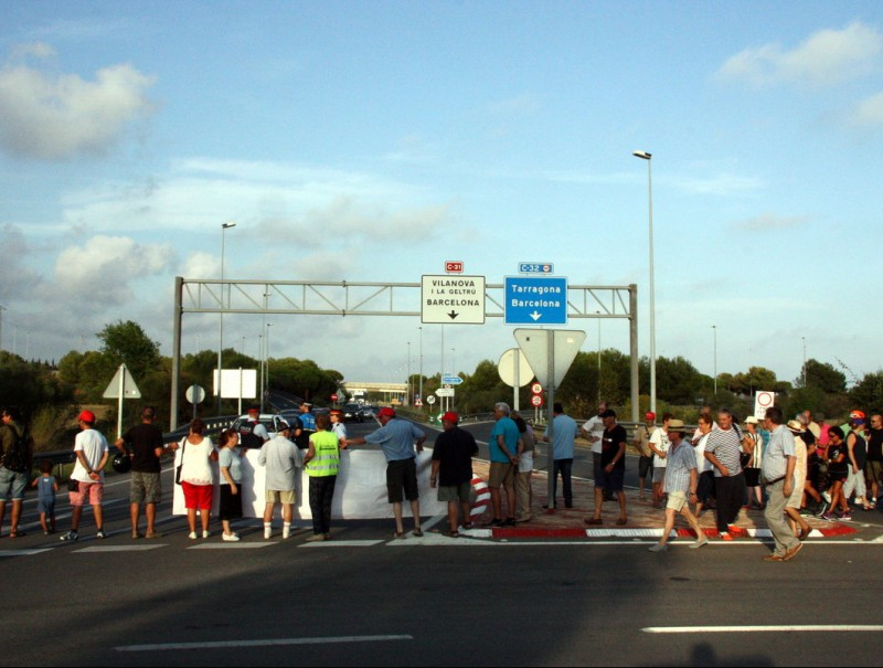 La concentració de Cubelles va concregar pro de 150 persones a la plaça de la Mediterrània. ACN