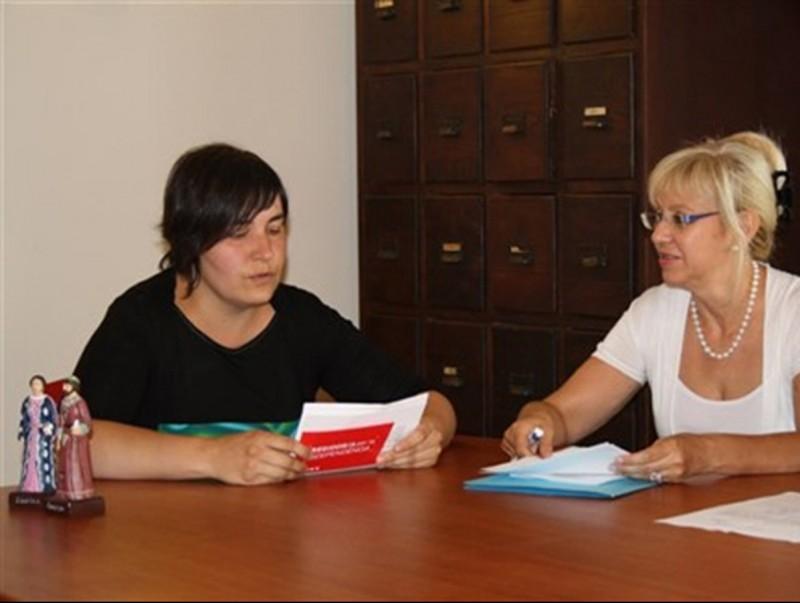 L'alcaldessa de Senan , Carme Ferrer, a l'esquerra EPN