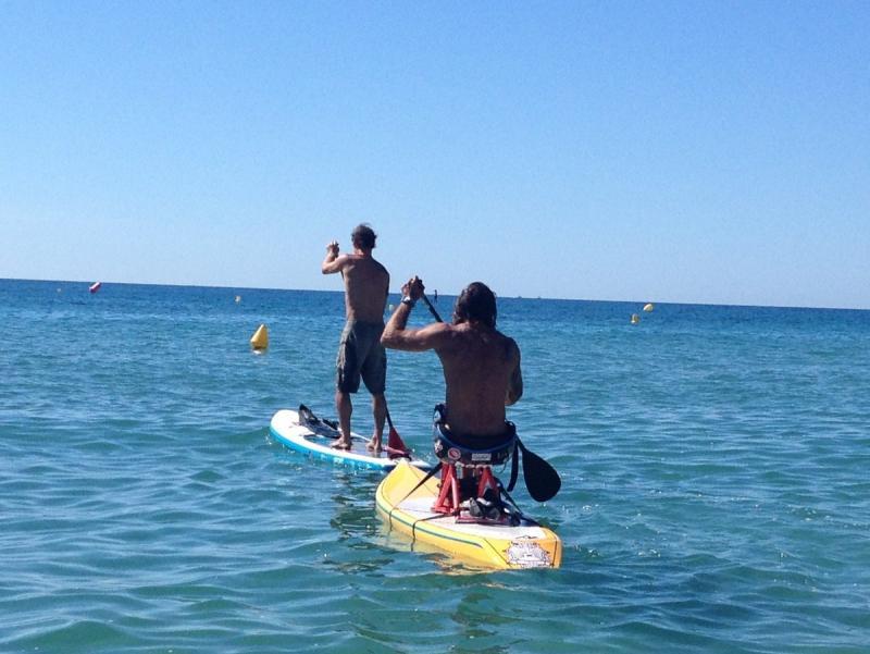 Alvaro Bayona practicant el paddle surf amb el sistema que ell mateix ha dissenyat per subjectar-se sobre la planxa. E.F