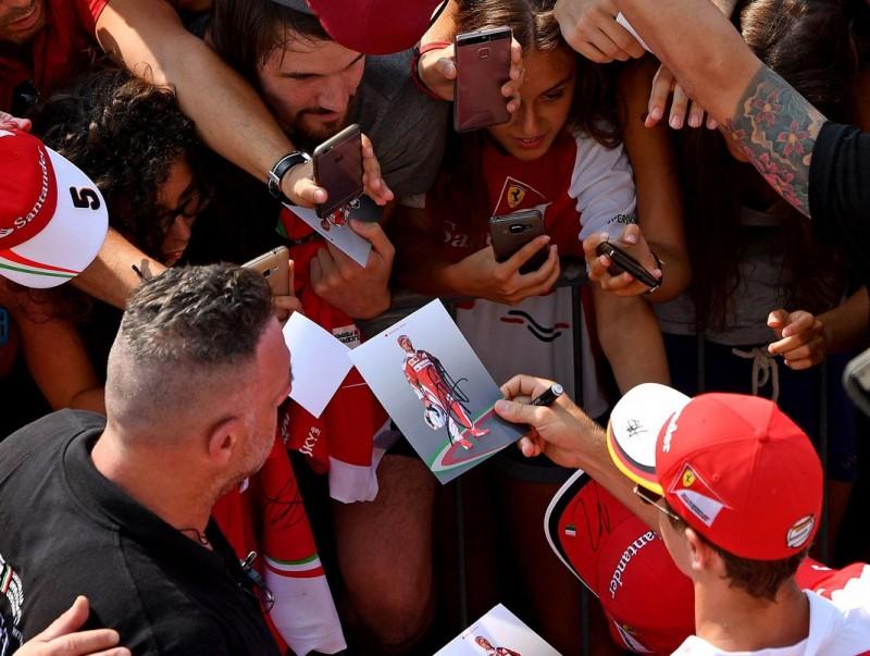 Vettel, signant autògrafs, ahir ANDREJ ISAKOVIC / AFP