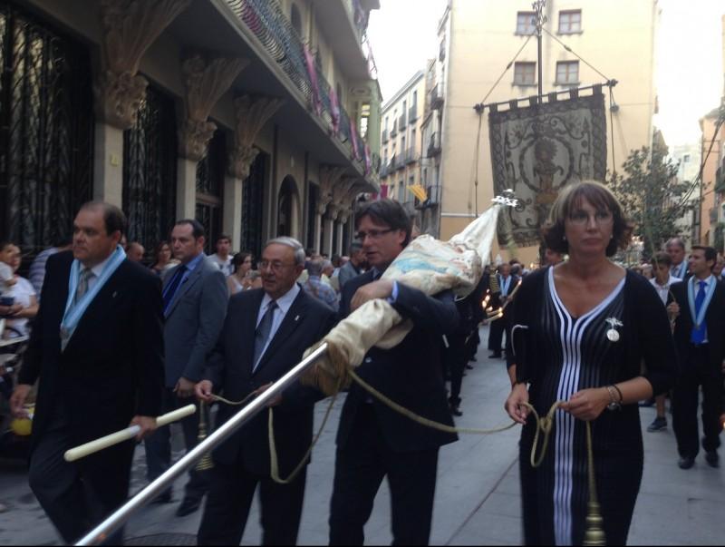 El president de la Generalitat, Carles Puigdemont, amb l'estendard principal de la processó de la Cinta de Tortosa. L'EBRE