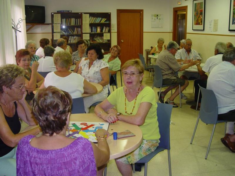 Un grup de pensionistes, passant l'estona en un club per a gent gran.  ARXIU