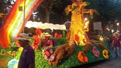 La carrossa guanyadora de la Batalla de les Flors, la Santjoanenca. J.C