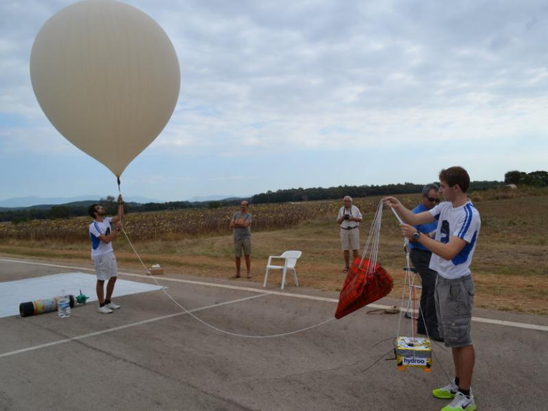 El moment d'enlairar el Satestrat II, divendres a la pista d'aeromodelisme del Pla de Martís. SATESTRAT