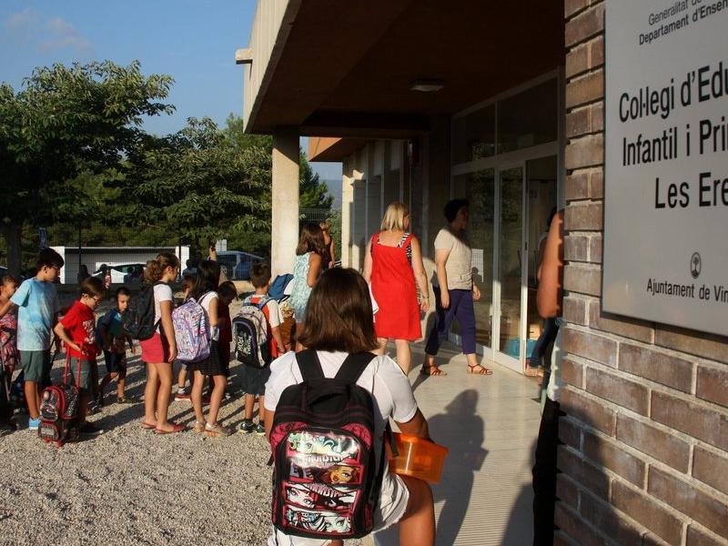 Alumnes a l'entrada de l'escola de Vinebre. JORDI MARSAL / ACN