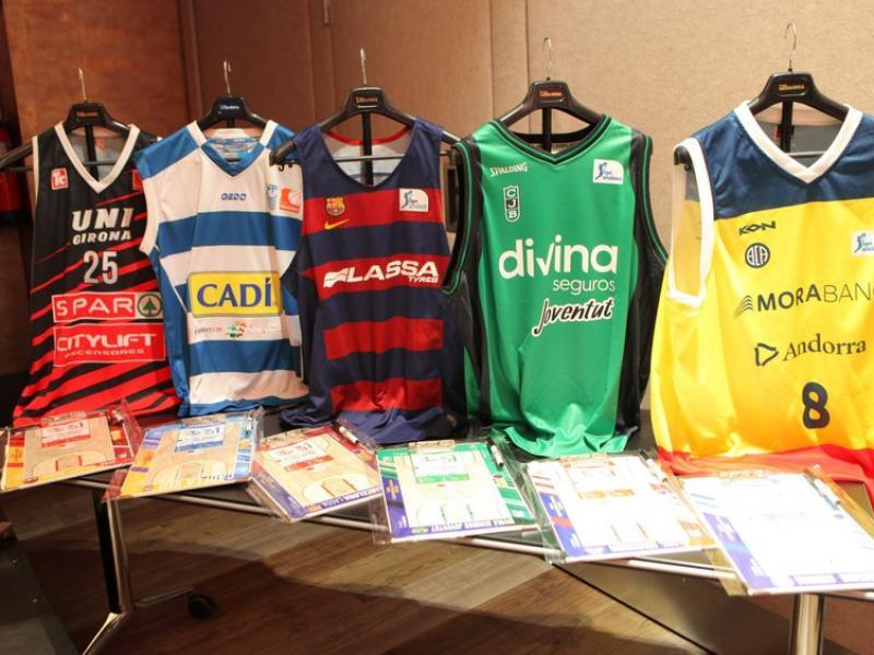 Representació en forma de samarretes i pissarres dels equips catalans FCBQ