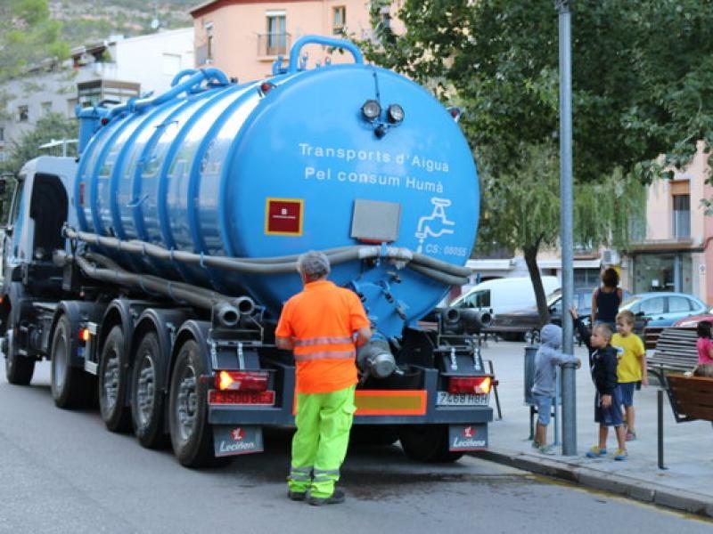La cisterna d'aigua potable  va fer diverses parades pel poble perquè els veïns poguessin omplir garrafes; aquí, a la plaça de la Font Gran NOEMÍ BADRENAS