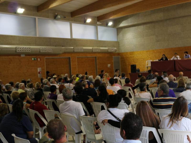 Desenes de veïns van demanar explicacions a l'Ajuntament durant la reunió informativa que es va fer ahir a la tarda a l'Espai Joan Carles Amat N. BADRENAS