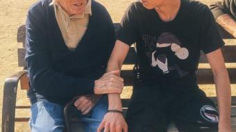Pau Bayot amb l'avi que apadrina, després de la mort de la Carme ARIADNA CUYÀS