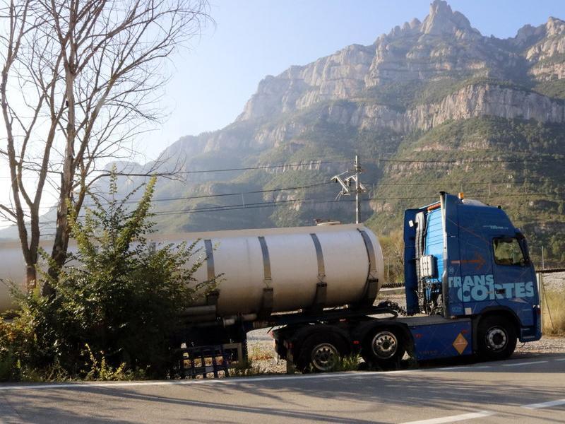 Un dels camions que porta aigua des de Castellbell ACN