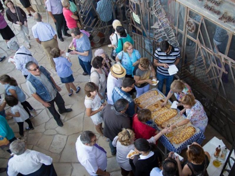 La coca amb raïm és un dels elements més tradicionals de la Festa dels Sants Metges que se celebra avui a Sarral EPN