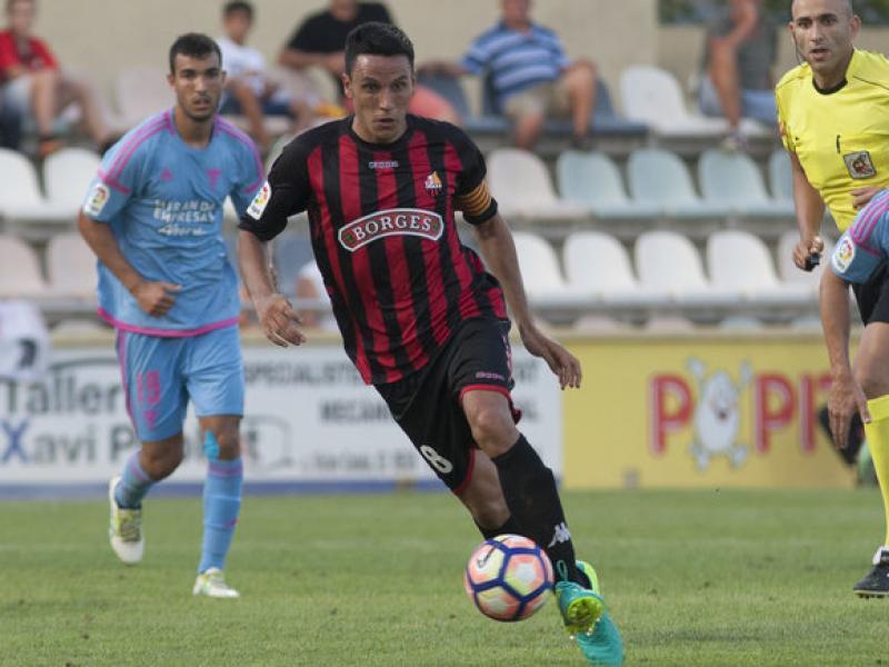 Ramon Folch condueix la pilota durant el partit contra el Mirandés d'aquesta temporada al municipal roig-i-negre TJERK VAN DER MEULEN