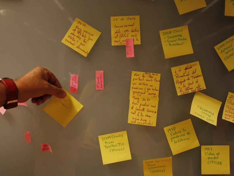 Etiquetes enganxades en una paret durant una reunió en una empresa.  ARXIU/ORIOL AMAT