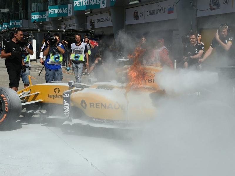 Una fuita de gasolina va calar foc al cotxe de Magnussen al bell mig de la línia de boxs, ahir MOHD RASFAN / AFP