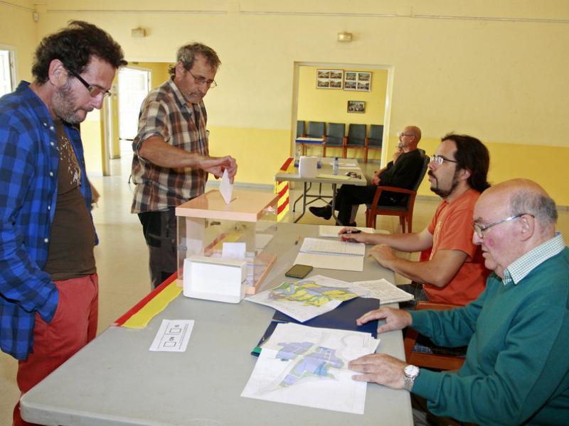 Dos veïns, a punt de votar en la consulta sobre la planta de triatge, ahir al centre cívic de Sant Jaume de Llierca. LLUÍS SERRAT