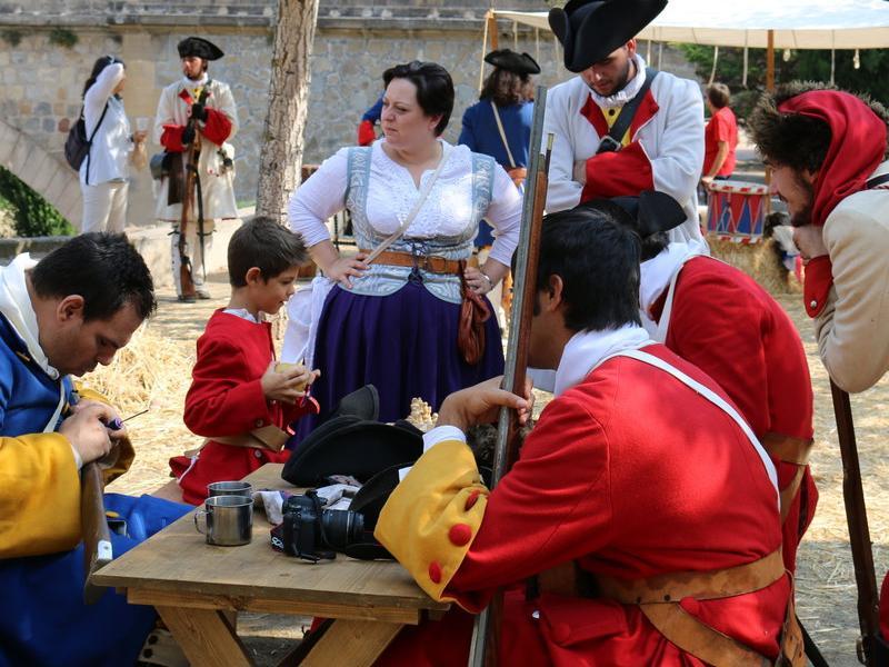 Un grup de Miquelets passen les hores al seu campament abans d'afrontar un dels combats CARMINA OLIVERAS
