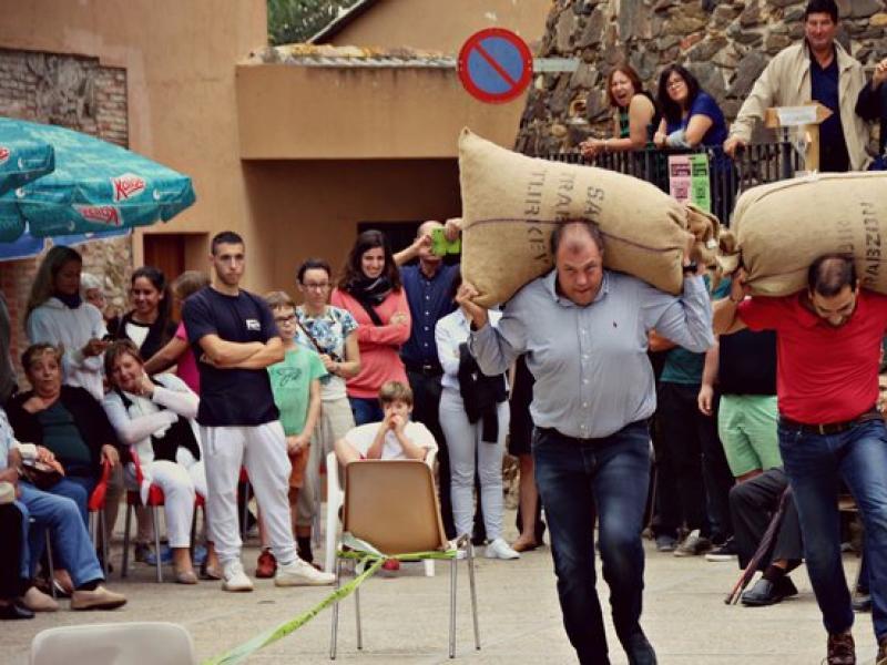 Una imatge d'un concurs de sacs d'ahir a la tarda de la Fira de l'Avellana de Brunyola. XÈNIA LUQUE ALBÓ