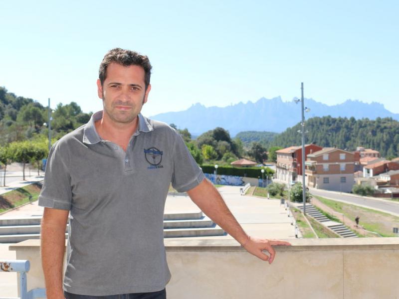 Cecilio Rodríguez, fotografiat aquesta setmana al balcó de l'Ajuntament, amb Montserrat al fons C. OLIVERAS