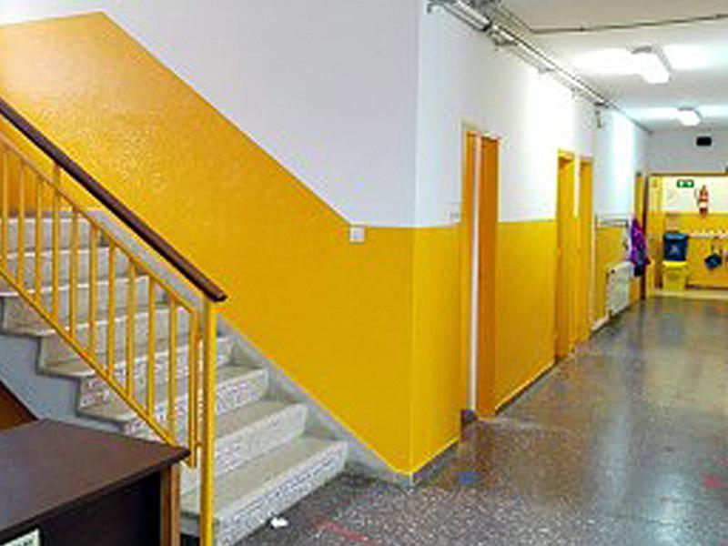 La planta baixa de l'escola s'ha pintat de dalt a baix. Arxiu