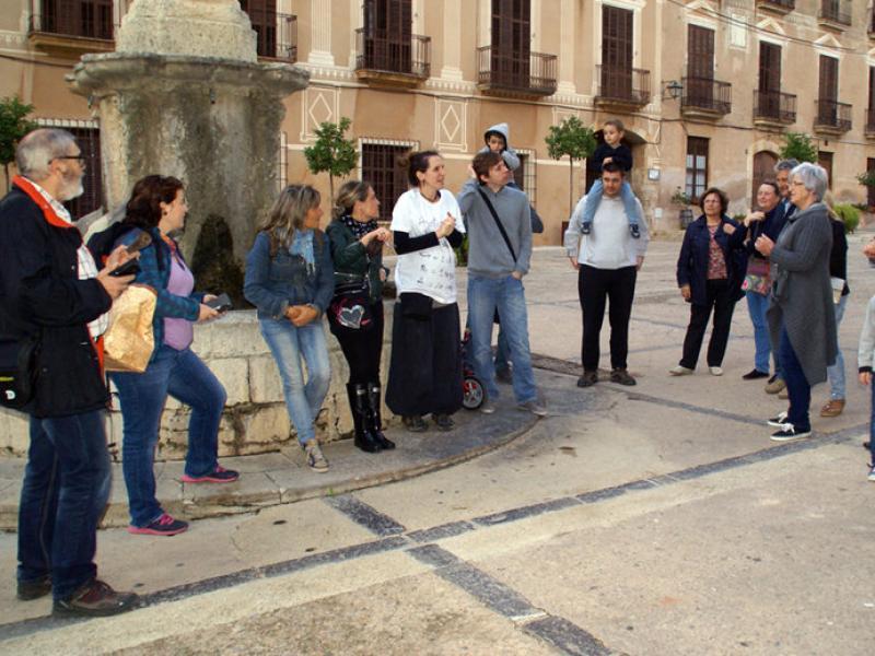 Veïns de Santes Creus es van plantar davant l'Ajuntament a l'hora del Ple per demanar un local alteratiu al seu nucli LC