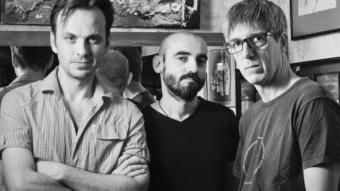 Ivan Morales, a l'esquerra, amb Jordi Gilabert i David Planas de la Cia. Indòmita TEMPORADA ALTA