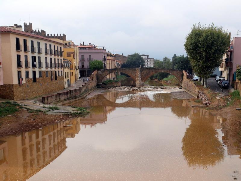 El riu Daró, en una imatge al seu pas per la Bisbal, s'ha convertit en un riu torrencial EMILI AGULLÓ