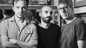 Iván Morales, Jordi Gilabert i David Planas, director i actors d'un muntatge escrit per 4 autores INDÒMITA